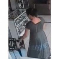 Женщина украла телевизор, спрятав его под юбкой